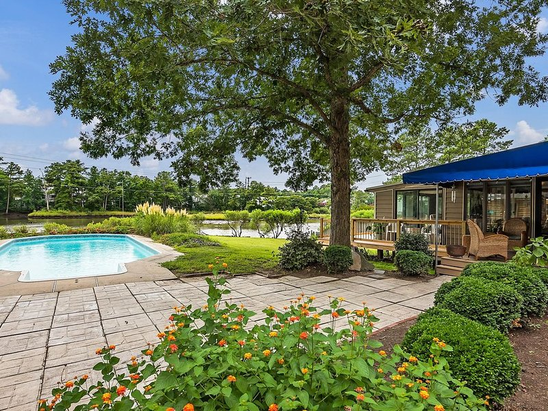 Secluded, water views, private pool.  1 mile from beach, alquiler de vacaciones en Virginia Beach