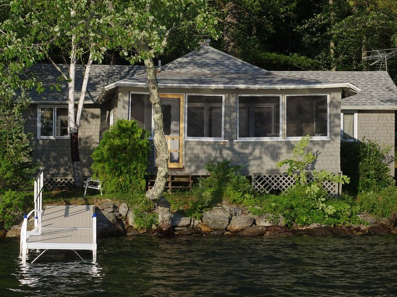 Loon Camp - right on Lake S. George, multi-sleeping areas, canoe included, casa vacanza a Liberty