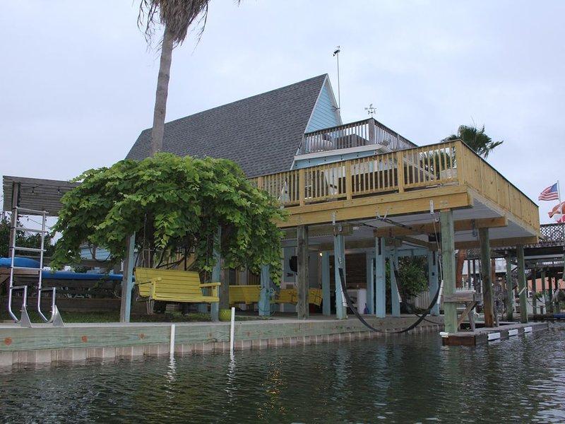 *Sandpiper's Song* Canal house in Jamaica Beach, A-Frame, Large Deck, Sleeps 11, alquiler vacacional en Jamaica Beach