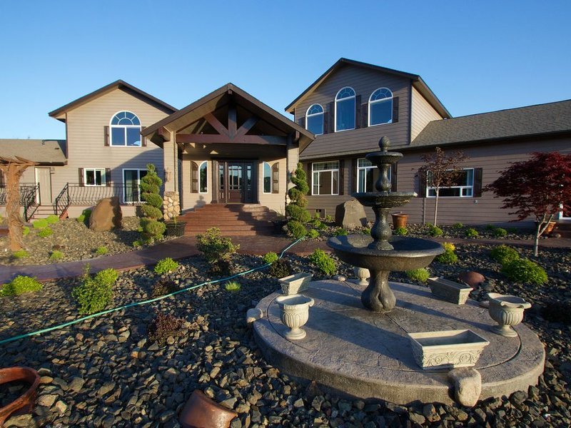 Canyon River Estate - Luxury on the River, holiday rental in Milton Freewater