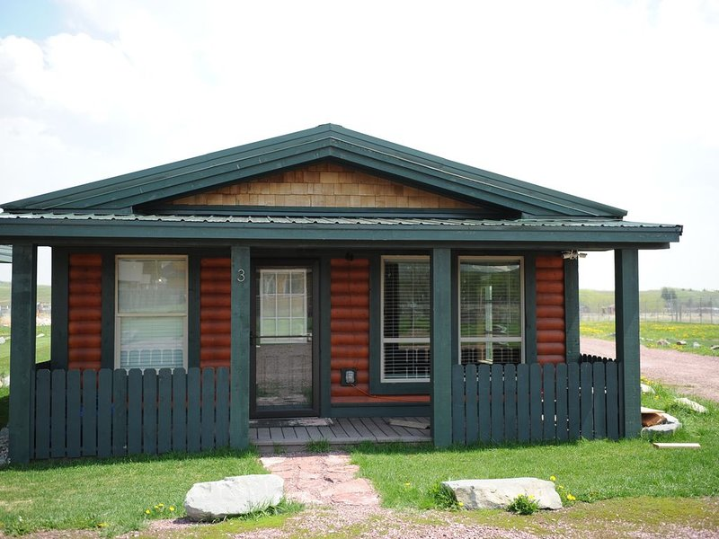 Beautiful New Luxury Cabin On Large Private Lot, holiday rental in Browning