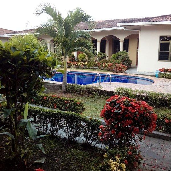Central David Beautiful Bungalow in a condo gated community - 2bdr, 2 bath., aluguéis de temporada em Boca Chica