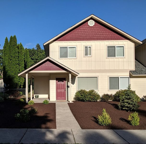 Cozy townhouse 6 blocks from downtown Sandpoint. Quiet, friendly neighborhood., vacation rental in Kootenai