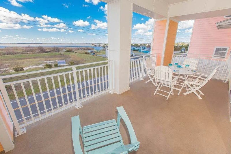 3 bedroom luxurious condo on the beach with breath-taking bay views!, alquiler de vacaciones en Virginia Beach