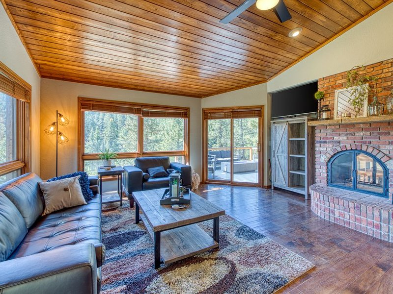 Dog-friendly mountain lodge w/ great views, furnished porch & gas firepit!, aluguéis de temporada em Woodland Park