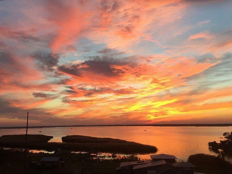 Bayfront 3 bedroom w/ sweeping bay views, all ON the beach! 3 pools. Sleeps 8, alquiler de vacaciones en Virginia Beach