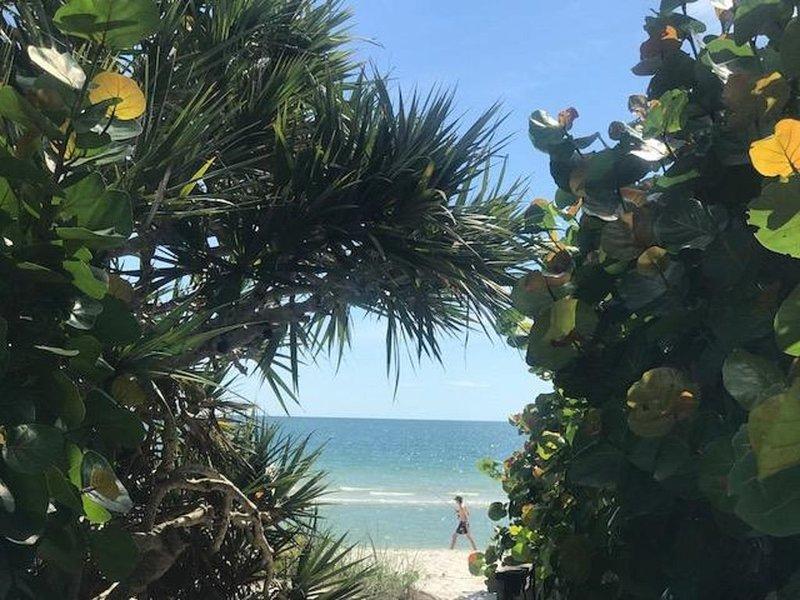 COASTAL DESIGNED MOTEL UNIT ON BAY w/ POOL & BEACH ACCESS, alquiler de vacaciones en Naples Park