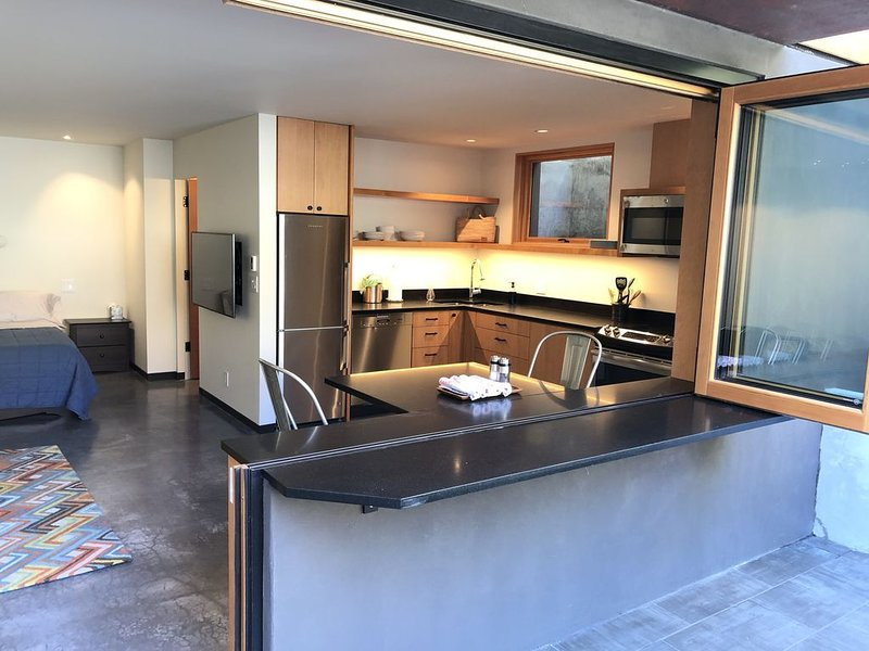 Green Lake Studio with private entrance/parking EV charging, holiday rental in Shoreline