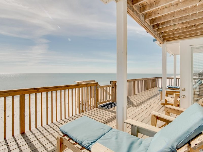 Gulf-front home with spacious deck & easy access to beach, well-equipped kitchen, holiday rental in Coden