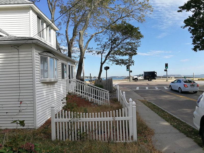 Renovated Beach House Easy Commute to Boston 4 bedrooms, vacation rental in Hull