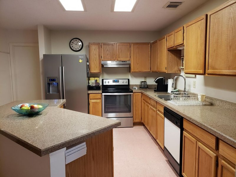 **SPACIOUS HOME NEAR SIX FLAGS, LACKLAND AFB, UTSA**, holiday rental in Helotes