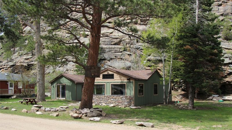 Great Getaway on the Big Thompson very near Estes & Rocky Mt. Nat'l Park, casa vacanza a Drake