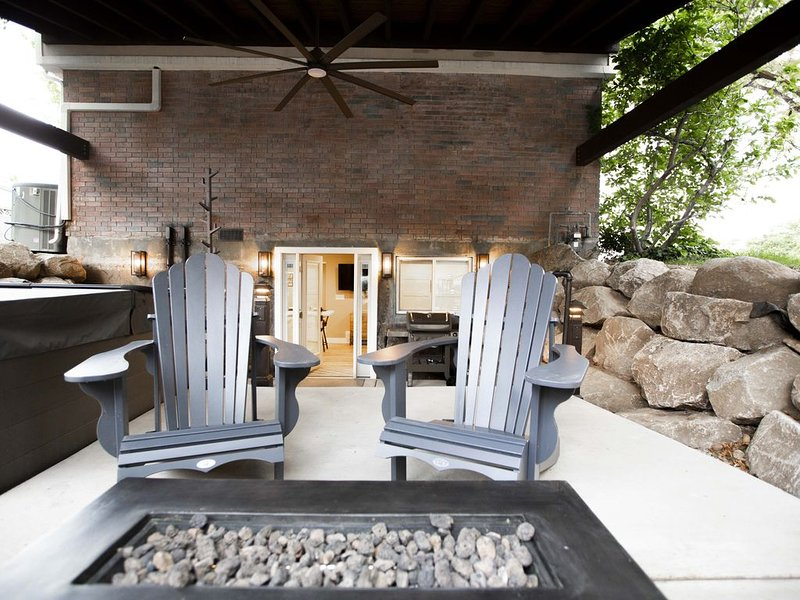 Vacation Bliss! Skier's Dream! Covered Hot Tub/Spa, Fire Pit, Mountain Views., holiday rental in Sandy