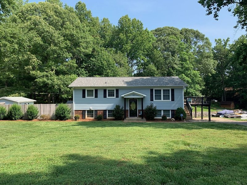 SPECIAL !!!! Family and Pet friendly waterfront home with dock  !!!!, vacation rental in Mooresville