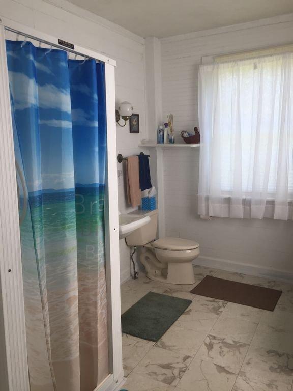 Salle de bain HB2, très grande et disponible pour un dressing