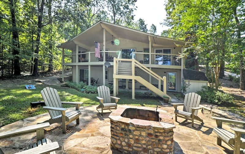 Greers Ferry Lakefront Home w/ Deck, Fire Pit & MORE!, holiday rental in Edgemont