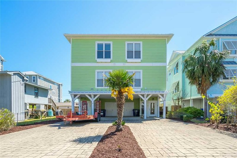 Beach Daze: 4 BR / 4 BA duplex - 1 side in Carolina Beach, Sleeps 8, vacation rental in Carolina Beach