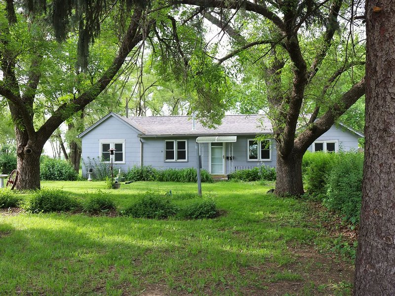 Lily's Cozy Cottage, a quiet corner to unwind, and 20 minutes to everything., location de vacances à Omaha