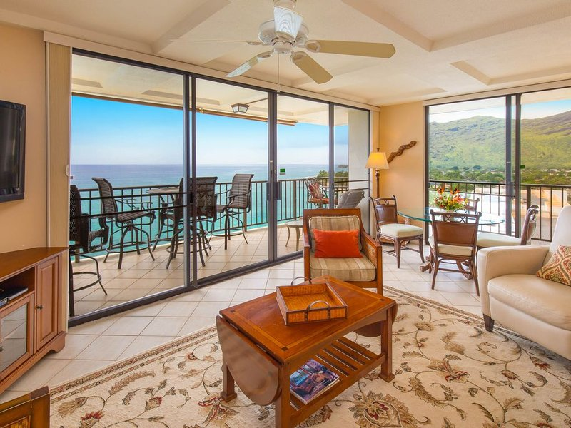Luxurious Ocean Front Condo with Wrap Around Lanai - Newly Renovated, location de vacances à Waianae