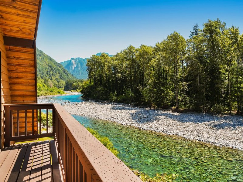 Lovely dog-friendly home on banks of the Skykomish river w/mountain views!, alquiler de vacaciones en Index