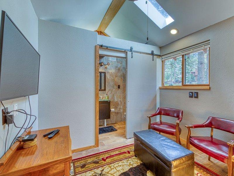 Remodeled, dog-friendly cabin studio w/ a full kitchen & furnished patio, location de vacances à Woodland Park