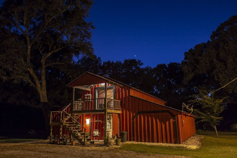 Barn Loft Suite with Jacuzzi Bath under Historic Oaks next to Private Pond, holiday rental in Breaux Bridge