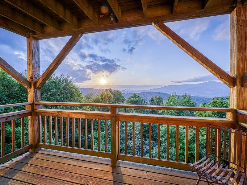 Mountain-view condo w/beautiful woodwork and spacious private balcony, holiday rental in Sugar Mountain