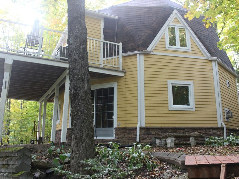 Waterfront cottage near Magog, holiday rental in North Hatley