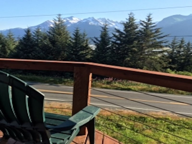 Glacier views, waterfront property on Haines dramatic Mud Bay Road, location de vacances à Haines