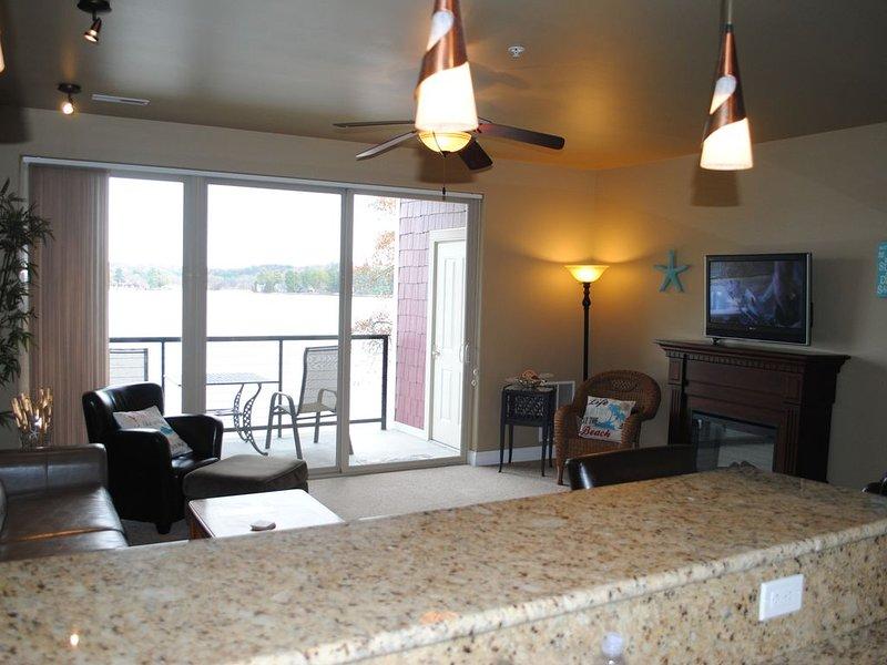LAKEFRONT. Private Balcony!!, alquiler de vacaciones en Portage