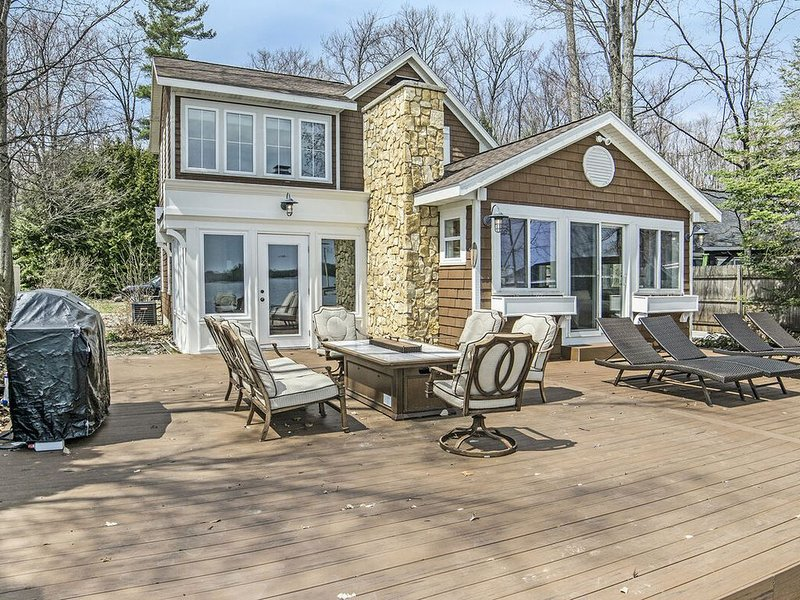 EXECUTIVE STYLE HOME ON LONG LAKE IN TRAVERSE CITY, MI, holiday rental in Lake Ann