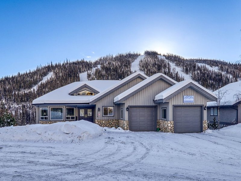 Closest Ski In/Ski Out Chalet to Village, Golf, Biking, Hiking, Ski Lifts etc., aluguéis de temporada em Sun Peaks