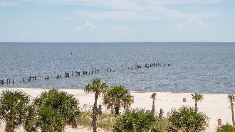 Condo Directly On The Beach In Pass Christian! 2 Bedroom / 2 Bath- Sleeps 6!, holiday rental in Pass Christian