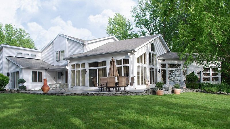 Island View: 'Lakeside Luxury and Family Reunion Friendly!', holiday rental in Fairport