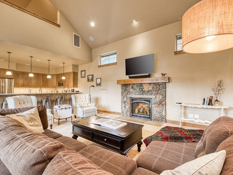 Downtown Sisters home w/ private hot tub & fenced yard - dogs welcome!, holiday rental in Sisters