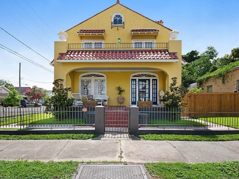 Adorable home close to downtown w/ patios & enclosed yard - dogs are OK!, location de vacances à Terrytown