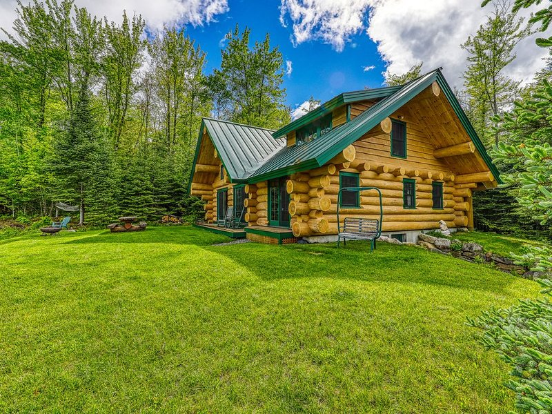 Dreamy, dog-friendly cabin home near Cannon Mountain Ski Resort!, alquiler de vacaciones en Bath