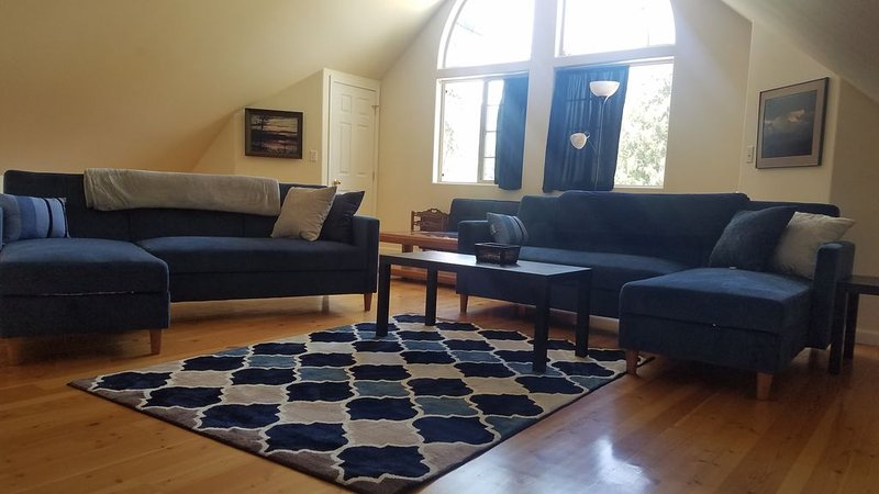 Full Suite w/ kitchen, private bedroom, sofa couches and large living area., holiday rental in Colburn