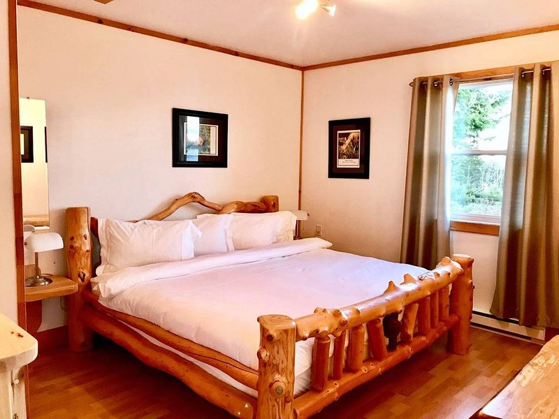 Luxurious Lakeside Cottage Bear (designer log furniture/ lakefront/wifi/belltv), alquiler de vacaciones en St. Peter's