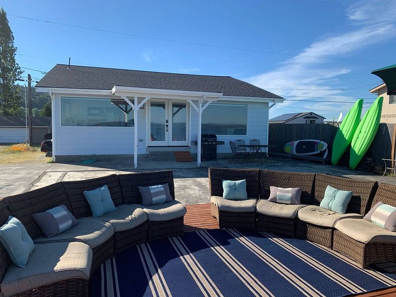 Beachfront home with kayaks, SUP, firepit, great deck, AC and more!, vacation rental in Camano Island