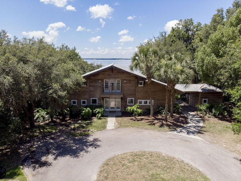 Take a look at beautiful Cedar Lodge on Lake Weir!, casa vacanza a Belleview