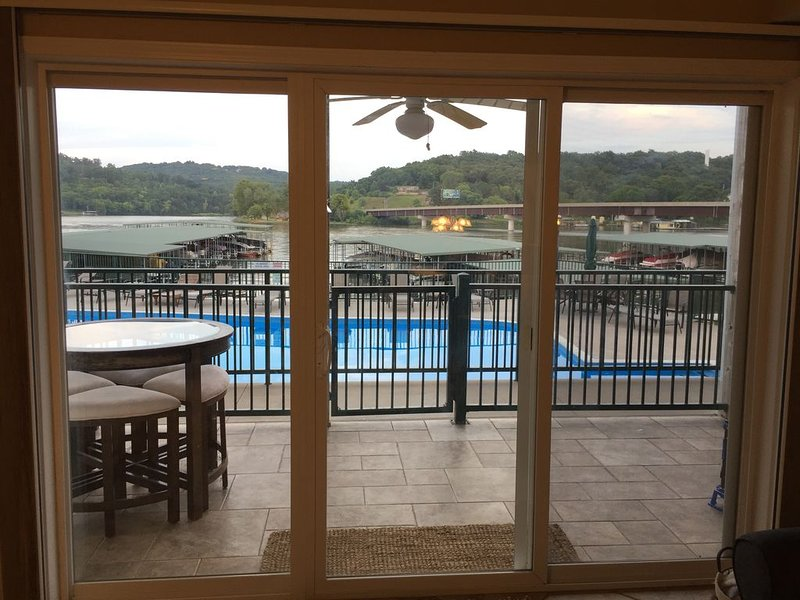 Steps to Pool, Beautiful Remodeled Condo! 10x24ft Boat Slip Included!, location de vacances à Camdenton