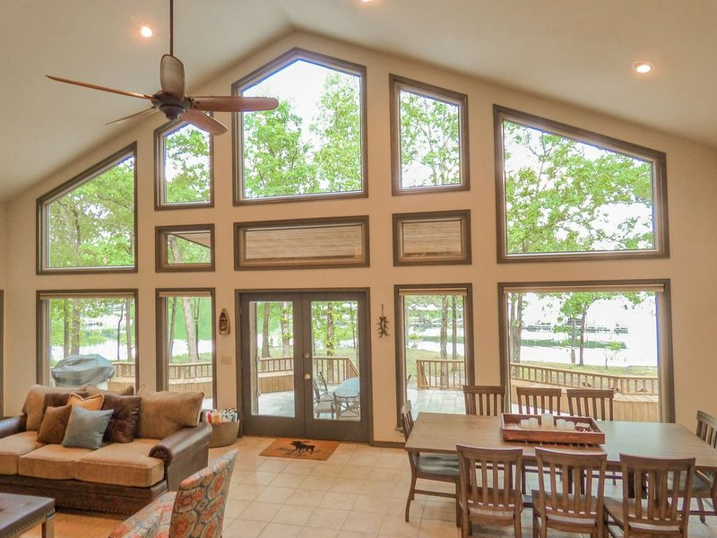 New Listing! Fairfield Bay Lakefront home w/ Kayaks & Ping Pong Table!, holiday rental in Shirley