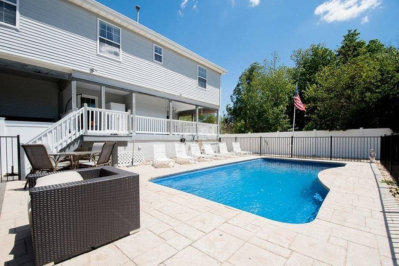 4 Bedroom Spacious Beach House Across the Beach With Inground Pool, aluguéis de temporada em Bayville