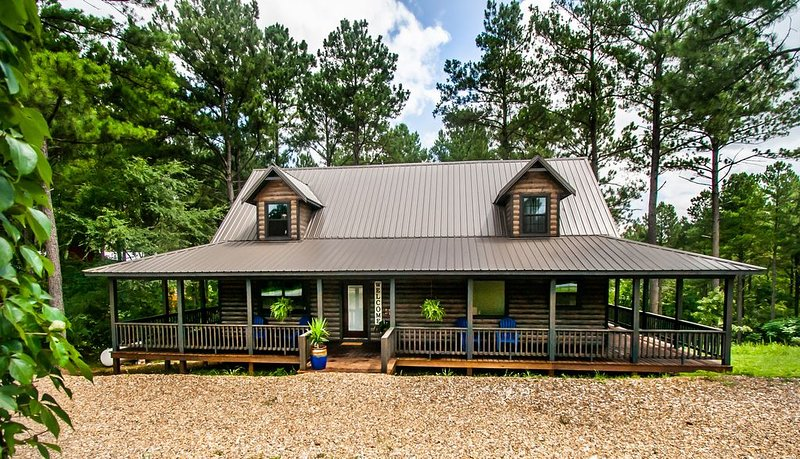 ALL THE THINGS! One of a kind, rustic luxe cabin, firewood provided, SLEEPS 8, holiday rental in Broken Bow