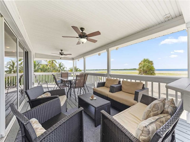 Beach Sanctuary, Beach Front, Views, 4 Bedrooms, Hot Tub, Sleeps 10, vacation rental in Survey Creek