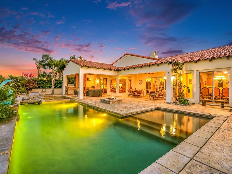 Luxurious living on the golf course with mountain and lake views!, casa vacanza a Thousand Palms