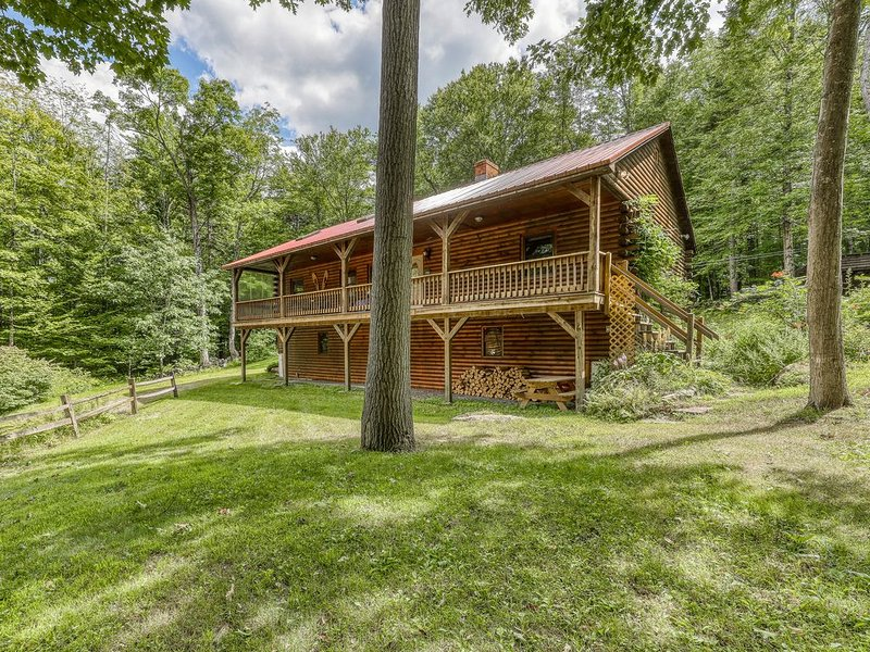 Beautiful log cabin w/covered porch, fire pit, secluded - close to Stratton Mtn!, alquiler vacacional en Wardsboro