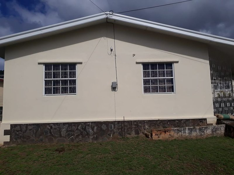 3 BR, 1 BA House, Walking Distance from Down Town, vacation rental in Kingstown