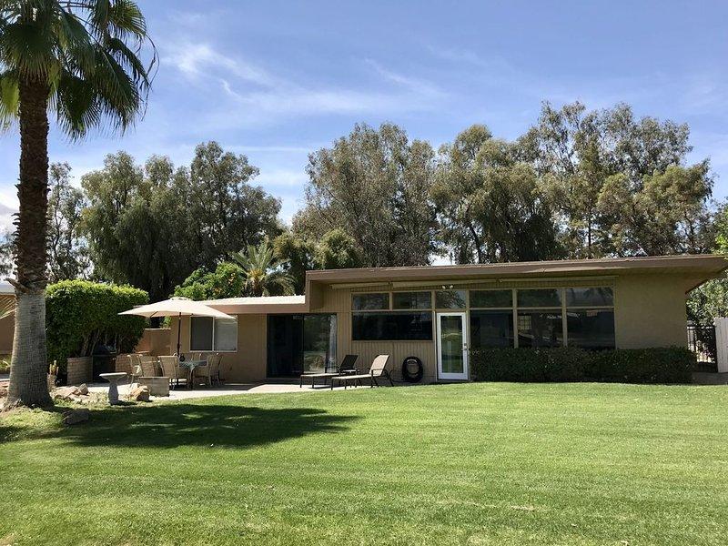 Comfy mid-century modern single level home bathed in morning sunlight, aluguéis de temporada em Indian Wells